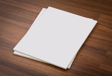 literatura: Cat�logo en blanco, revistas, libros maqueta en madera de fondo, con trazado de recorte Foto de archivo