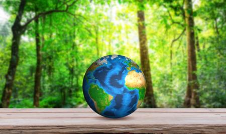planeta verde: Tierra en la mesa de madera (elementos de esta imagen proporcionada por la NASA) Foto de archivo