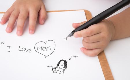 """preescolar: Edad preescolar escritura infantil """"Me encanta mamá"""" en papel blanco"""
