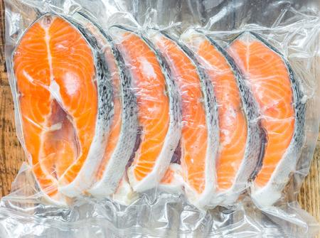 Filetes de salmón congelados en un paquete vacío Foto de archivo - 39787975