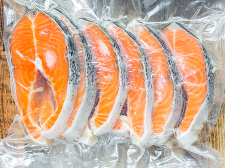alimentos congelados: Filetes de salm�n congelados en un paquete vac�o