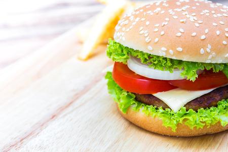 pomme: Hamburger on wood table