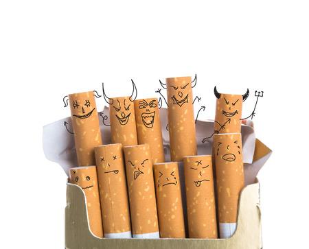 악마의 얼굴에 담배 상자 흰색 배경에 고립