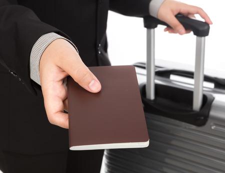 pasaporte: Empresas viajar tiran de la maleta y la celebración de pasaporte