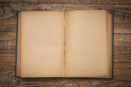 libros viejos: Páginas en blanco abiertos de libro viejo en el fondo de madera Foto de archivo
