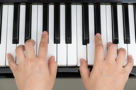 fortepian: Zamknij się z rąk kobieta gra na pianinie
