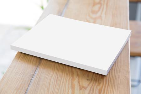 古い木製のテーブルに日記や写真アルバム帳を開く