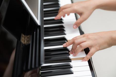 tocando piano: Close up de manos de la mujer tocando el piano