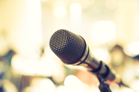 Black microphone dans la salle de conférence (Image filtrée traitée effet vintage.) Banque d'images - 42038038