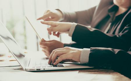 profesionistas: Gente de negocios reunidos en la oficina (imagen filtrada procesados ??efecto vintage.)