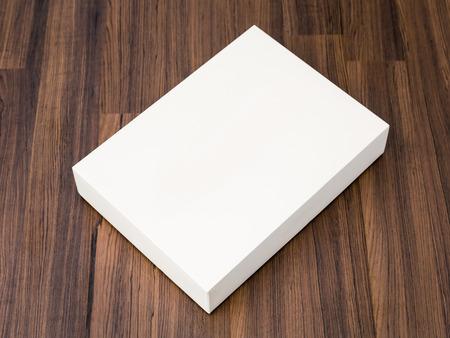 빈 흰색 상자가 나무 배경에 닫 조롱