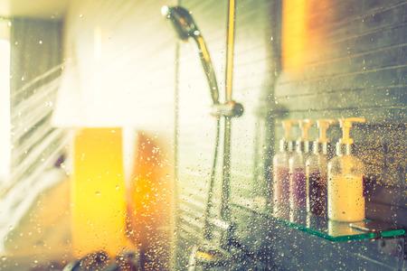 샤워 물을 실행하는 동안 (필터링 된 이미지는 빈티지 효과를 처리.) 스톡 콘텐츠