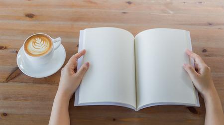 Hände öffnen Blank Katalog, Zeitschriften, Buch Mock-up auf Holz Tisch mit Kaffee