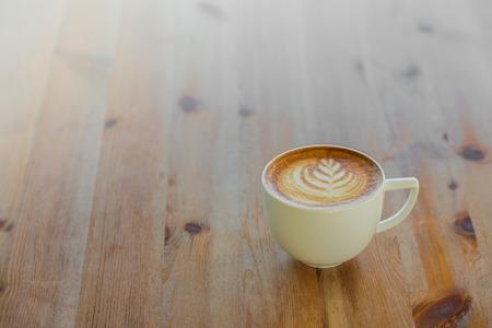 nice food: Латте кофе искусства на деревянный стол