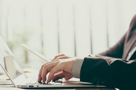 liderazgo empresarial: Gente de negocios reunidos en la oficina (imagen filtrada procesados ??efecto vintage.)