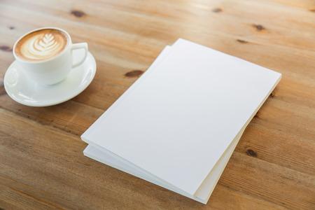 hoja en blanco: Catálogo en blanco, revistas, libros maqueta en madera de fondo con la taza de café