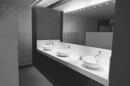 남자 공중 화장실의 실내 (필터링 된 이미지 빈티지 효과를 처리.)