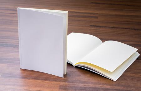 빈 카탈로그, 잡지, 책 나무 배경에 조롱