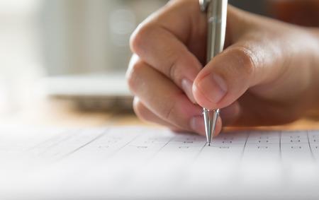 Hand mit Stift über Bewerbungsformular