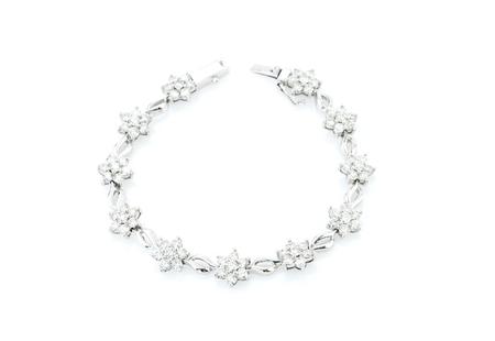 白い背景の上のダイヤのネックレス