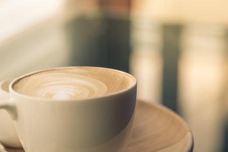 Hot Latte Art Kaffee auf dem Tisch (gefilterte Bild verarbeitet Vintage-Effekt.)