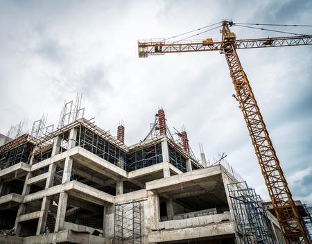 Żuraw i budowy budynku (filtrowany obraz przetwarzany rocznika efekt.) Zdjęcie Seryjne