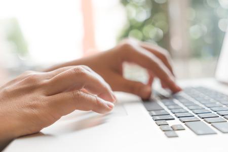 klawiatury: Zbliżenie kobieta biznesu strony wpisując na klawiaturze laptopa