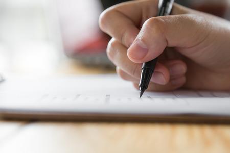 boligrafos: Mano con la pluma sobre el formulario de solicitud