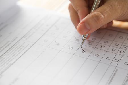 アプリケーションのフォーム上のペンを持つ手 写真素材 - 46475522