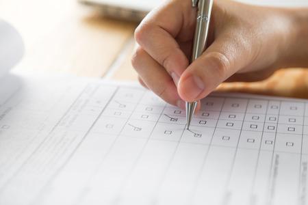 Ręka z piórem na formularzu zgłoszeniowym