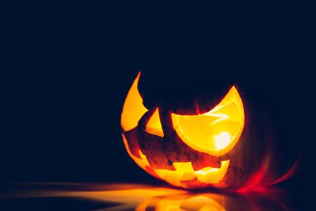 ハロウィーンの怖い顔のカボチャ (フィルター画像処理ヴィンテージ効果)。