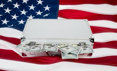 dollaro: Valigia di soldi con centinaia di dollari sulla bandiera Archivio Fotografico