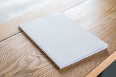 literatura: Cat�logo en blanco, revistas, libros maqueta en madera de fondo