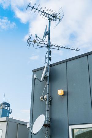antena parabolica: Antena parabólica y antena de TV Foto de archivo