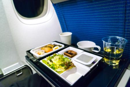 Bandeja de comida en el avión Foto de archivo