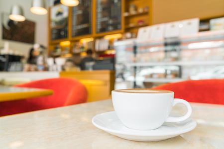 Tazza di caffè sul tavolo nella caffetteria