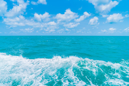 Trail op zeewater oppervlak achter de boot
