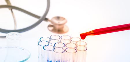 Tubes à essai de laboratoire, verrerie médicale, Stéthoscope (Image filtrée traitée effet coloré.) Banque d'images - 65404162