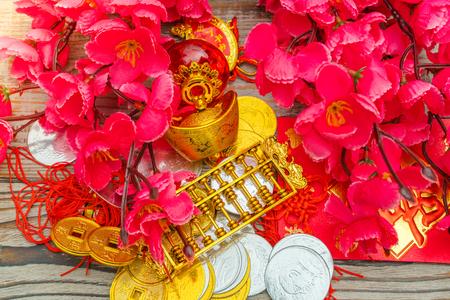 Chinese New Year decoratie op houten muur, Chinese karakters tekst betekent: rijk, succes, geluk, vrede, rijkdom en eer, gunstig, good luck