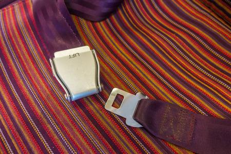 cinturon seguridad: Cierre del cinturón de seguridad en el avión Foto de archivo