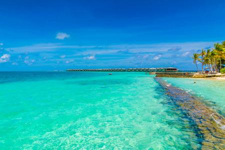 Schöne tropische Malediveninsel mit weißem Sandstrand und Meer