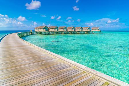 Schöne Wasservillen in der tropischen Insel Malediven Editorial
