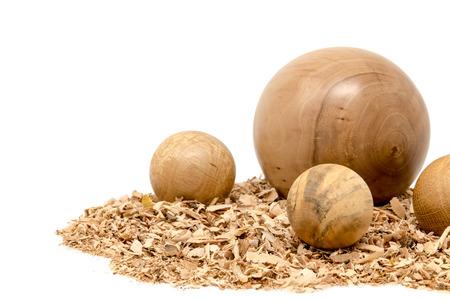 Bolas de madera torneadas a mano decoradas con aserrín aislado en blanco