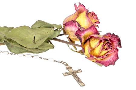 Christelijk kruis op rozenkrans en een gele rode roos geïsoleerd op wit