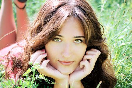 lying in grass: hermosa muchacha de la naturaleza