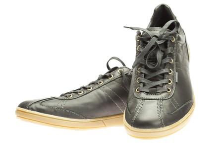 untied: nuevas zapatillas negras aisladas sobre fondo blanco
