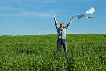 man gooit het papier in het veld