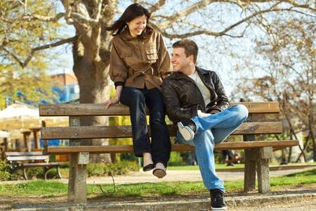 amistad: pareja de amor sentada en un Banco