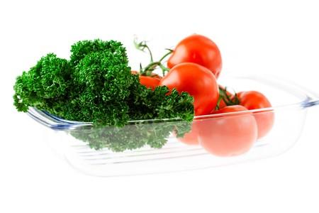 tomando refresco: tomates y verduras con agua cae en un vaso