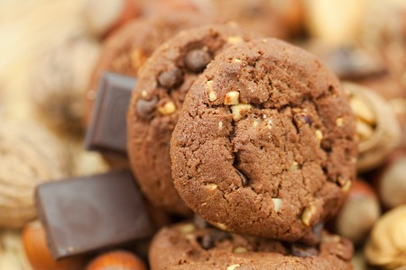 oatmeal cookies, chocolate and nuts on a wicker mat Stockfoto